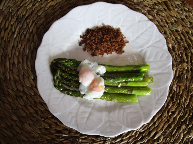 GREEN ASPARAGUS, EGGS, FRIED BREADCRUMBS